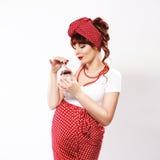 Модная беременная женщина redhead в стиле штыря поднимающем вверх Стоковые Изображения RF