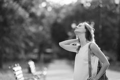 Модная белокурая девушка имея потеху outdoors в городе Почерните a Стоковое Изображение RF