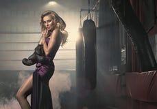 Модная белокурая женщина с перчатками бокса Стоковое Фото