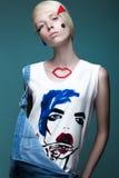 Модная девушка: естественный состав, одежды с изображением в стиле искусства шипучки творческое изображение Сторона красотки стоковое изображение