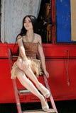 Модная девушка защитила 2 собаками терьера игрушки трейлер цирка Стоковая Фотография RF