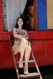 Модная девушка защитила 2 собаками терьера игрушки трейлер цирка Стоковая Фотография