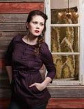 Модная девушка и старая стена Стоковые Изображения
