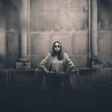 Модная девушка около архитектуры Стоковые Фото
