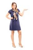 Модная девушка показывать с рукой Стоковые Изображения RF