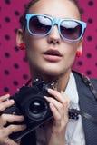 Модная девушка с старой камерой Стоковые Фотографии RF