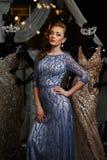 Модная женщина в голубом платье с стразами и манекенами стоковое изображение
