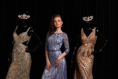 Модная женщина в голубом платье с стразами стоковое фото