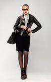 Модная женщина в солнечных очках и сумке Стоковое Изображение