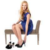 Модная женщина изменяя ее ботинки стоковое изображение