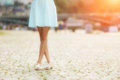 Модная женщина идя в город Стоковые Изображения RF