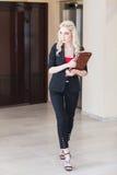 Модная женщина нося черный костюм Стоковые Изображения
