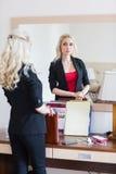 Модная женщина нося черный костюм Стоковое Фото