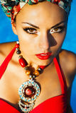 Модная женщина около бассейна нося покрашенный тюрбан Стоковые Изображения RF