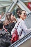 Модная жизнерадостная девушка на эскалаторе, Пекин, Китай Стоковые Фото