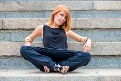 Модная красивая женщина на шагах Стоковые Изображения RF