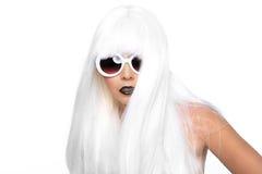 Модная красивая женщина нося введенный в моду крупный план парика Стоковые Изображения RF