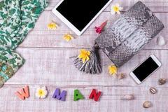 Модная красивая сумка питона snakeskin, взгляд сверху, деревянная предпосылка Комплект роскоши, розовая сумка, косметики, smartph Стоковое фото RF