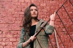 Модная молодая женская стойка на стальных лестницах стоковое фото rf