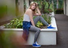 Модная молодая женщина снаружи Стоковое фото RF