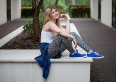 Модная молодая женщина снаружи Стоковое Изображение RF