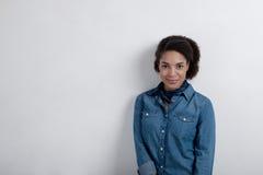 Модная молодая женщина стоя около стены Стоковая Фотография