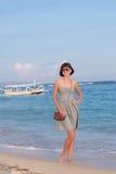 Модная молодая женщина с татуировкой на ей назад в черно-белых одеждах с роскошной сумкой snakeskin на Стоковая Фотография