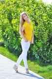 Модная молодая красивая женщина идет на улицы города Стоковые Фотографии RF