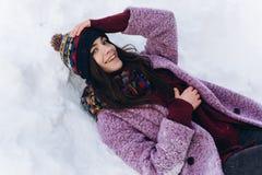 Модная портрета стильная и красивая девушка в снежной погоде Стоковая Фотография