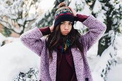Модная портрета стильная и красивая девушка в снежной погоде Стоковая Фотография RF