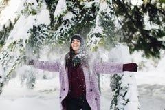 Модная портрета стильная и красивая девушка в снежной погоде стоковые фото