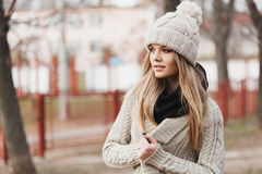 Модная стильная девушка в черной кожаной куртке Стоковое Фото