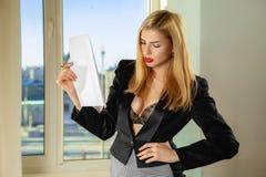 Модная busty секретарша с документами в руках Стоковые Изображения RF