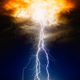 Молнии в темном небе стоковое изображение rf