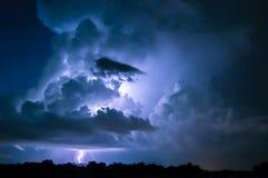 молния болта предпосылки красивейшая Стоковое Изображение