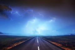 Молния в пасмурном темном небе и красивой дороге асфальта annuitant стоковые изображения rf