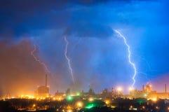 Молния над заводом Стоковое Изображение RF