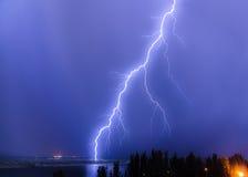 Молния над рекой Стоковые Изображения