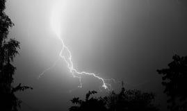 Молния: удар молнии, изолированный против черной земли стоковая фотография rf