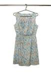 Модное платье краткости лета при флористическая безрукавная картина, изолированная на белой предпосылке Стоковое фото RF