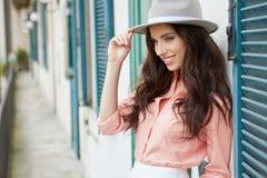 Модно женщина на доме итальянского городка стоковые изображения rf