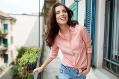 Модно женщина на доме итальянского городка стоковая фотография