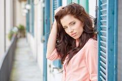 Модно женщина на доме итальянского городка стоковая фотография rf