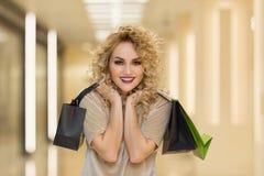 Модно одетая женщина в моле стоковое фото rf