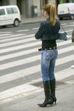 Модно одетая женщина в черных ботинках с высокими пятками и плотными джинсами в Бильбао (Bilbo), северным побережьем Испании стоковые фото