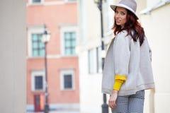 Модно одетая женщина на улицах стоковое фото