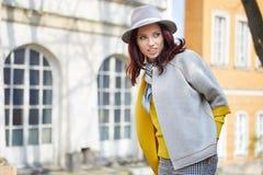 Модно одетая женщина на улицах стоковое фото rf