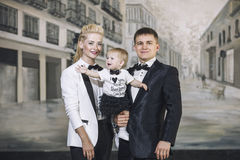 Модно одетая семья, папа, мама и дочь стильная и стоковое изображение rf