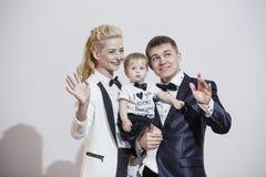 Модно одетая семья, папа, мама и дочь стильная и стоковая фотография
