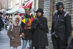 Модно одетые люди слушая к музыкантам улицы на майне кирпича стоковые изображения rf